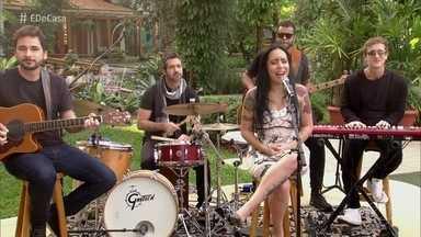 Samantha Ayara abre o programa com 'Ovelha Negra' - Cantora foi campeã do último The Voice Brasil