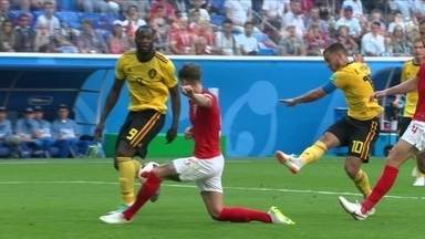 Hazard bate cruzado, e Stones aparece bem para bloquear aos 34 do 1º tempo - Hazard bate cruzado, e Stones aparece bem para bloquear aos 34 do 1º tempo
