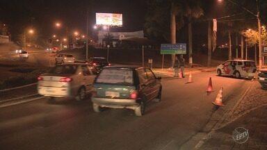Vazamento de amônia bloqueia trecho de estrada em Paulínia - Incidente ocorreu próximo da estrada que liga o Fontanário à Zeferino Vaz e complicou o trânsito à noite. Defesa Civil faz vistoria na região neste sábado (14).