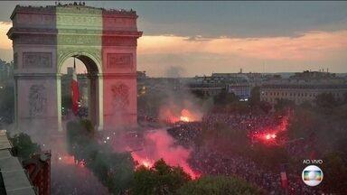 Franceses comemoram bicampeonato mundial em pontos turísticos de Paris - Arco do Triunfo, na Champs Elysées, ficou lotado. Já é madrugada na França, mas ainda tem muito torcedor comemorando. Mais do que nunca, Paris é uma festa.