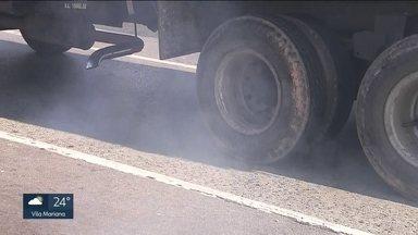 Ònibus e caminhões são responsáveis pela metade da poluição na Grande São Paulo - O estudo foi feito por cientistas brasileiros mostra que os ônibus e caminhões são responsáveis pela metade da poluição na Grande São Paulo. E com o tempo seco, a qualidade do ar está muito ruim.
