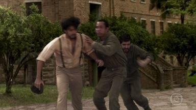 Ernesto é acusado pela explosão na fábrica - A polícia chega e Elisabeta manda o amigo fugir do local