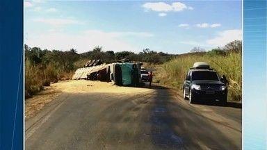 Caminhão carregado com toneladas de soja tomba em Uberaba - Segundo Corpo de Bombeiros, motorista de 76 anos perdeu o controle da direção e tombou.