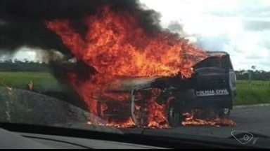 Viatura da delegacia de Linhares pega fogo na ES-248 - Isso aconteceu por volta das 11h desta segunda-feira (23).