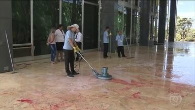 Manifestantes jogam tinta vermelha em entrada do STF - O protesto durou cerca de cinco minutos e foi contra a prisão do ex-presidente Lula que cumpre pena em Curitiba.