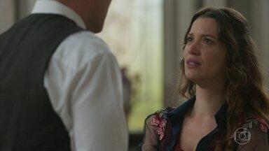 Elisabeta implora que Darcy não se case com Susana - Julieta estranha ao encontrar Elisabeta em estado de choque