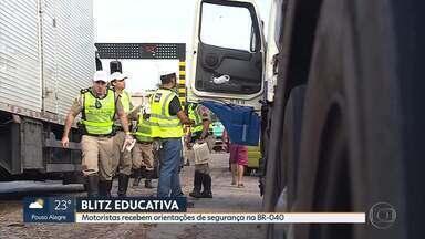 Motoristas recebem orientações de segurança na BR-040, em Minas - Polícia Militar Rodoviária fez blitz educativa nessa manhã na rodovia.