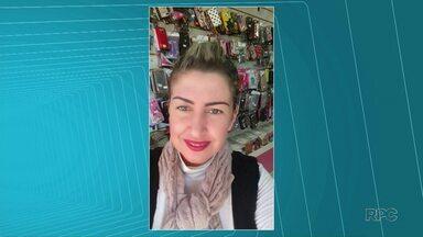 Marido é suspeito de matar mulher a facadas em Jaguariaíva - Uma mulher de 32 anos foi morta a facadas no bairro Primavera, em Jaguariaíva, na região dos Campos Gerais do Paraná, na noite de quarta-feira (25). De acordo com a Polícia Civil, o suspeito do crime é o marido dela, de 41 anos, que está foragido.