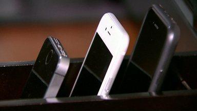 Família cria forma de controlar o uso do celular dentro de casa - Os pais colocaram uma caixinha para que os aparelhos sejam guardados durante o horário que os moradores estão em casa.