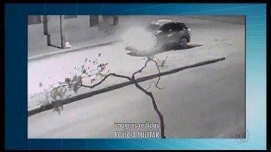 Polícia Militar faz buscar por suspeitos de arrombar agências bancárias em Tiros, MG - A ação ocorreu nesta quinta-feira (26) durante a madrugada e mobiliza a polícia das cidades de Patos de Minas, Tiros e São Gotardo para prender os criminosos. Um dos carros usados pelos assaltantes já foi encontrado capotado.