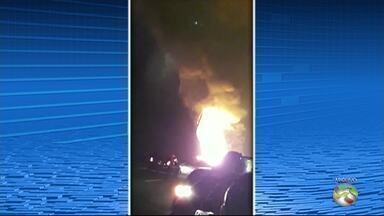 Caminhão-tanque pega fogo e motorista morre em acidente na BR-232, em Gravatá - Acidente aconteceu antes da entrada do túnel, no sentido Recife/interior. Ainda de acordo com a PRF, um carro bateu na lateral do caminhão.