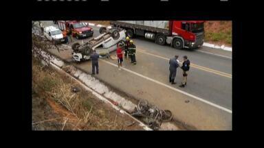 Motociclista morre e outro tem a perna amputada após acidentes em rodovias do Leste de MG - Acidentes foram registrados nas BRs 381 e 116, próximo a Naque e Governador Valadares, respectivamente; vítimas colidiram contra veículos na via.
