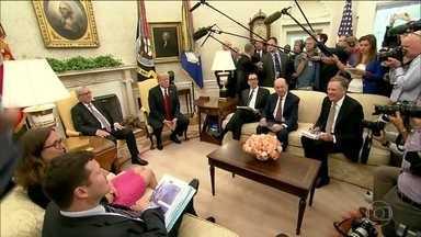 Casa Branca barra jornalista da CNN por pergunta inadequada a Trump - A repórter representava um pool de emissoras americanas. Ontem, ao questionar o presidente americano sobre duas notícias polêmicas, foi impedida de participar de outro evento aberto à imprensa. A Fox News, rival da CNN, criticou a decisão.