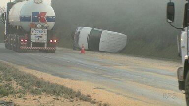 Neblina pode ser a causa de acidente na BR-376 em Ponta Grossa - O acidente envolveu uma carreta, uma van e um carro.