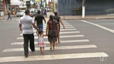 Pedestres se colocam em risco ao atravessar rua fora da faixa em Santarém - No município, é constante flagrar situações de desrespeito na hora de parar no local correto.