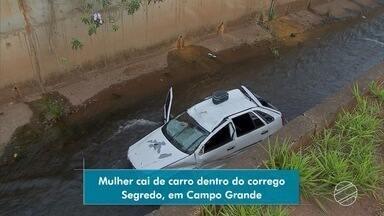 Carro cai dentro de córrego no bairro Cabreúva - Motorista ficou dentro do carro aguardando o socorro chegar.