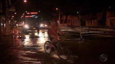 Vazamento de água abre buraco na Avenida João Ribeiro - Segundo a Deso, os reparos já foram feitos e o abastecimento de água voltou ao normal.