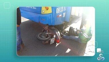 Homem se fere em um acidente de trânsito na manhã de hoje (27), no AP - Acidente aconteceu por volta das 07hs, de acordo com pessoas que passavam pelo local, o motociclista bateu na traseira do ônibus quando passava em frente ao super fácil, no bairro do Cabralzinho