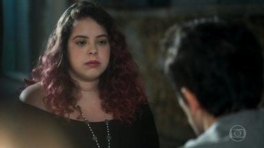 Enzo explica por que teve receio de assumir o namoro com Úrsula - O adolescente conta que ficou com medo de ser vítima de bullying na escola novamente. Úrsula entende e o abraça
