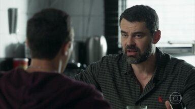 Rafael e Márcio não conseguem se entender - Márcio pede que o pai o acompanhe na apresentação da escola e se revolta quando Rafael diz que tem outro compromisso. Ele decide seguir Rafael