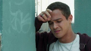 Arrasado, Márcio pede ajuda a Pérola - O rapaz sofre depois de ouvir o depoimento de Rafael sobre Gabriela na reunião dos Alcoólicos Anônimos