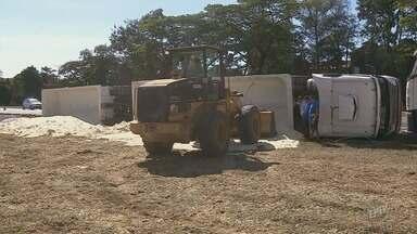 Carreta carregada de açúcar tomba na Rodovia Anhanguera em Limeira - Carga caiu no acostamento da pista. Não houve interdição no trânsito.
