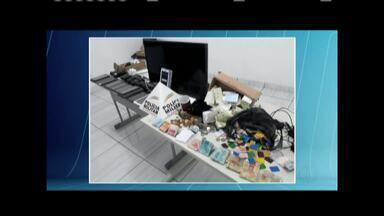 Polícia Militar desmonta esquema de apostas ilegais em uma casa de Pedra Azul - Dois homens foram presos e um menor apreendido; local possuía estrutura para realização de jogos ilegais, foram apreendidos tablets, celulares, talonários, televisão e dinheiro.