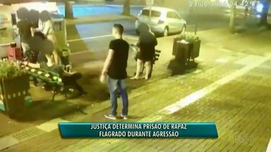 Foi preso hoje o rapaz acusado de bater em outro jovem em Medianeira - As câmeras de segurança flagraram o rapaz chutando o outro. Isso aconteceu em junho deste ano.