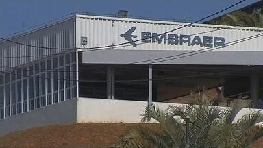 Fusão com a Boeing preocupa funcionários da unidade da Embraer de Botucatu - Para os trabalhadores, clima é de insegurança com relação à manutenção dos empregos. Sindicato e Ministério Público do Trabalho pedem garantias no acordo entre as empresas.