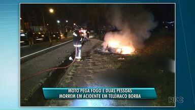 Homem e mulher morrem após bater moto em árvore em Telêmaco Borba - A moto pegou fogo e uma das vítimas chegou a ser retirada das chamas.