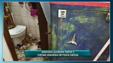 Quadrilha quebra parede e assalta joalheria no centro de Ponta Grossa - Dois suspeitos foram presos com as ferramentas usadas para abrir um buraco na parede e acessar o cofre da joalheria.