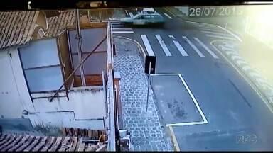 Câmera de segurança registra acidente no centro de Ponta Grossa - O acidente foi no cruzamento da Sete de Setembro com a Julia Wanderley, no centro de Ponta Grossa.