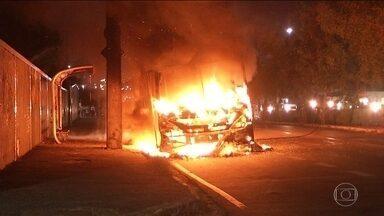 Sobe para 14 o número de ataques a ônibus no Ceará - Onda de violência começou no fim de semana em resposta a morte de bandidos. No domingo três pessoas foram presas acusadas de envolvimento nos ataques.