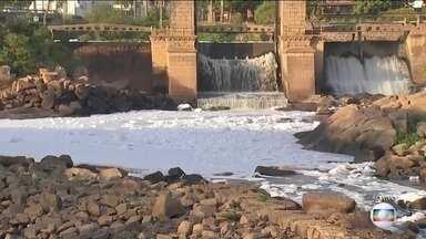 Espuma tóxica cobre o Rio Tietê - Estiagem baixou o nível do rio e poluição ficou ainda mais exposta.