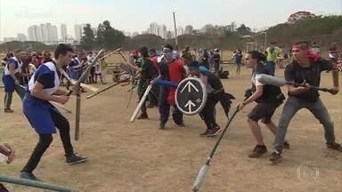 Fãs da era medieval se reúnem para batalha de espadas em São Paulo - Guerreiros também brincam de arco e flecha em um parque da cidade