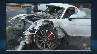 Acidente na Rodovia SP 101 deixa dois mortos, em Monte Mor - Segundo a Polícia Rodoviária, o motorista perdeu o controle do veículo, bateu na estrutura metálica e capotou.