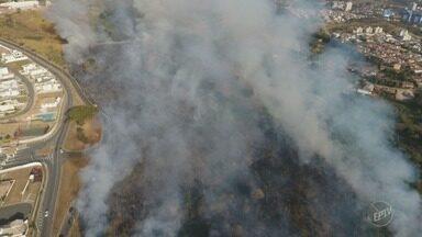 Valinhos registra várias queimadas em diferentes pontos da cidade - Segundo os moradores, os bombeiros possuem apenas uma viatura para atender os chamados.