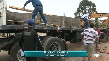 Trem bate em carreta no Sítio Cercado - Acidente foi na manhã desta segunda-feira (30).