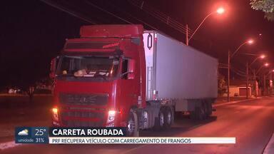 Polícia Rodoviária Federal recupera no DF caminhão roubado em Goiás - O caminhão ia de São Paulo para a Paraíba, levando 29 toneladas de frango congelado. O motorista foi rendido na BR 060, perto de Anápolis. O ladrão seguiu viagem mas foi parado no posto da PRF, no Recanto das Emas.