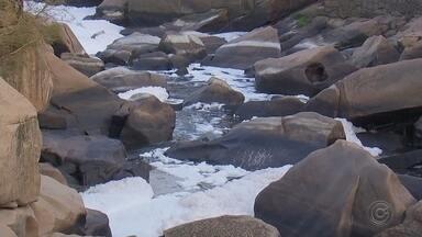 Trecho do Rio Tietê em Salto amanhece novamente com camada de espuma - Uma camada de espuma branca voltou a aparecer no trecho do Rio Tietê, em Salto (SP), na manhã desta segunda-feira (30).