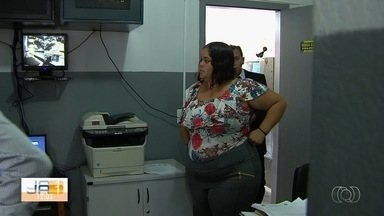 Polícia identifica vítimas de mulher suspeita de usar foto de falso filho, em Goiás - Segundo a polícia, ela usou uma imagem de um menino que não era filho dela e morreu aos nove meses para sensibilizar motoristas e pedir dinheiro.