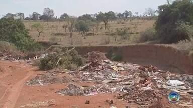 Terrenos com lixo causam preocupação e são focos da proliferação de animais peçonhentos - A quantidade de lixo que encontramos em terrenos na região de Bauru é um risco a saúde das pessoas. Animais peçonhentos se proliferam nesses ambientes.