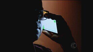 Bandidos utilizam cada vez mais celulares para aplicar golpes de prêmios em Uberlândia - Moradores relatam da desconfiança de mensagens que prometem prêmios em dinheiro. O diretor da Comissão de Crimes Cibernéticos da Organização de Advogados do Brasil (OBA) dá orientações de como não cair nestes golpes.