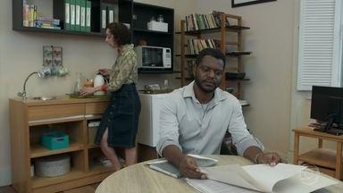 Marcelo comenta com Brigitte que sua filha voltará ao Brasil - Ele conta que Dandara brigou com a família que a hospedou no exterior e decidiu voltar para estudar no Sapiência