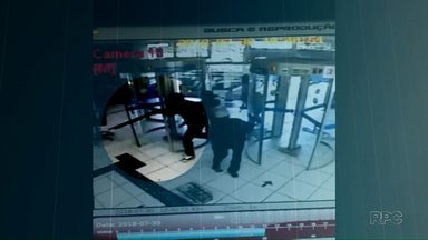 Criminosos quebram e atiram em porta para roubar banco em Londrina - Roubo ocorreu na agência da Caixa Econômica Federal localizada na Avenida Inglaterra, nesta segunda-feira (30). Ninguém ficou ferido.
