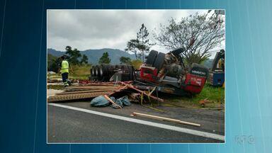 Corpo de mulher que morreu em acidente é enterrado em Curitiba - Bebê que sobreviveu ao acidente já recebeu alta.
