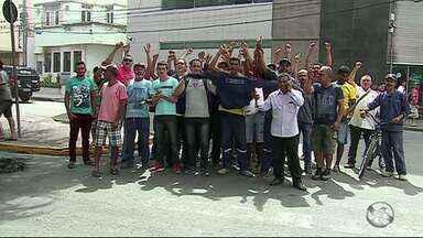 Funcionários da construção civil protestam contra prefeitura em Caruaru - Classe alega que não recebeu o salário.