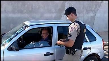 Documento de 2018 passa a ser cobrado para todos os motoristas a partir desta quarta (1º) - Se o Certificado de Registro de Licenciamento de Veículos (CRLV) não estiver em dia e o carro for parado nas fiscalizações, ele poderá ser removido, e o motorista, multado em cerca de R$ 293, somando sete pontos na carteira.