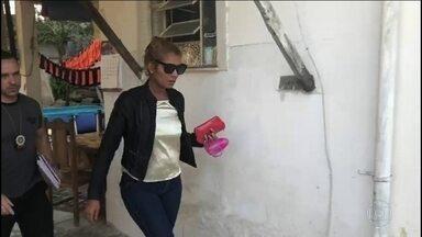 Mulher que fazia procedimentos estéticos clandestinos é presa no Rio - Ela é suspeita de causar a morte de uma cliente após uma aplicação nos glúteos com uma substância derivada do acrílico.