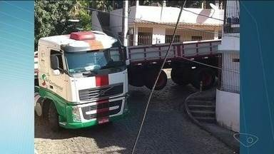 Caminhão fica preso em rua e atrapalha o trânsito em Cachoeiro de Itapemirim, ES - Caso aconteceu no bairro Abelardo Machado.
